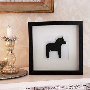 Inglasad tavla med svart dalahäst i trä, dalahästar, dalahorse, print, poster, affisch, grafisk, design, present, tavla, tavlor, inredning, heminredning, interiör, interior, ruff & stuff, ruff o stuff, ruffostuff