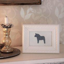 Inglasad tavla med vänstertittande dalahäst i jeanstyg, dalahästar, dalahäst, dalahorse, print, poster, affisch, grafisk, design, present, tavla, tavlor, inredning, heminredning, interiör, interior, ruff & stuff, ruff o stuff, ruffostuff