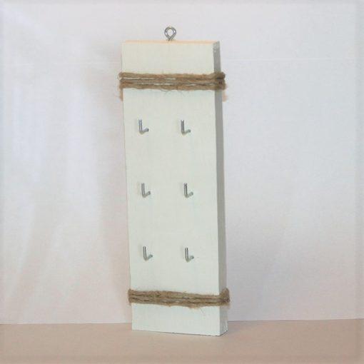 Vit nyckelhållare i trä, nycklar, jute, snöre, jutesnöre, present, gåva, inredning, heminredning, interiör, interior, ruff & stuff, ruff o stuff, ruffostuff