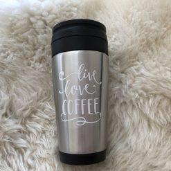 termosmugg Live Love Coffee, kaffemugg, termos, mugg, kaffe, tryck, vinyl, dekal, citat, ruff & stuff, ruff o stuff, ruffostuff, fri frakt, fraktfritt