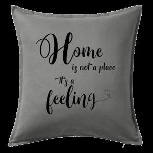 Kuddfodral Home is not a place it's a feeling, dop, födelsedag, present, gåva, dopgåva, doppresent, textiltryck, htv, tryck, textil, kudde, kläder, vinyl, dekal, heminredning, inredning, interiör, interior, ruff & stuff, ruff o stuff, ruffostuff